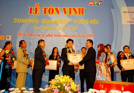 Thuduc House vinh dự đón nhận cùng lúc ba cúp vàng: Vì sức khoẻ và sự phát triển của cộng đồng