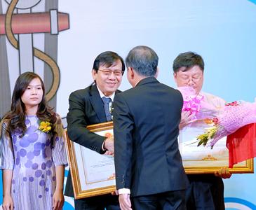 """Ban TGĐ TDH vinh dự nhận danh hiệu """"DOANH NHÂN TP.HCM TIÊU BIỂU NĂM 2012"""""""